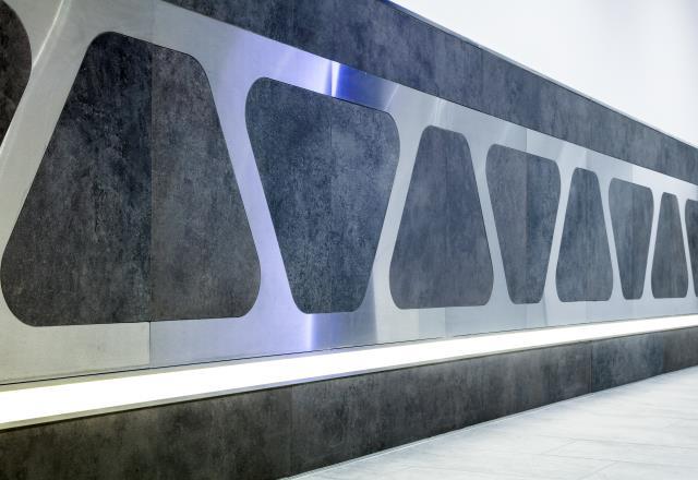 Sıcak beyaz ve natürel beyaz LED şeritleri için işlevselliği kanıtlanmış taban profili, zemin kaplaması yönünde homojen bir ışık dağılımı elde edilmesini sağlar.